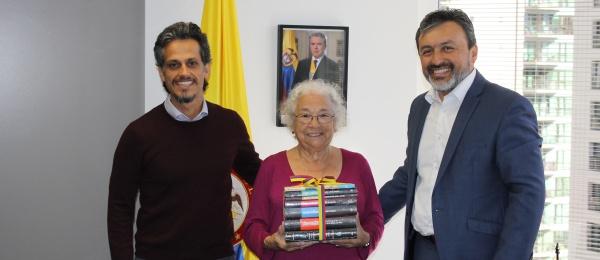 Cónsul de Colombia en Auckland donó obras del nobel colombiano Gabriel García Márquez a la biblioteca Letras Latinas